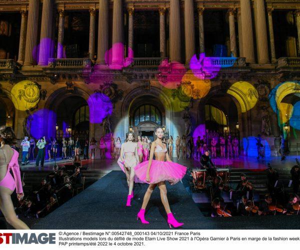 Illustrations models lors du défilé de mode Etam Live Show 2021 à l'Opéra Garnier à Paris en marge de la fashion week PAP printemps/été 2022 le 4 octobre 2021. Etam Live Show in Paris on october 4th 2021