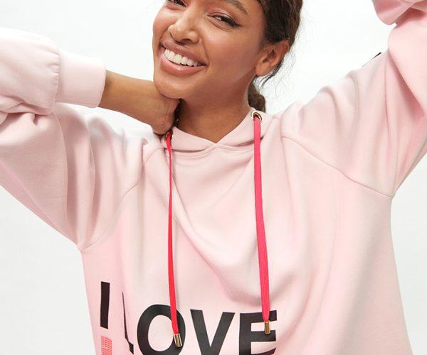 LOLA CASADEMUNT lanza unas sudaderas solidarias con motivo delDía Mundial Contra el Cáncer de mama